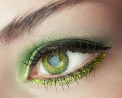 groene oogschaduw bij groene ogen