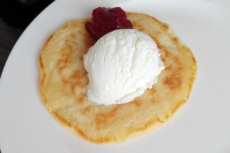 pancake met ijs en aardbeienjam