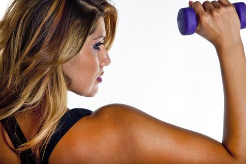 vrouw traint met gewichten